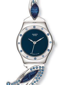 Die Swatch GLAMFLASH ist eine kleine Damenuhr, die in den Farben Blau und Silber gehalten ist. Das Gehäuse, auf dem 12 Kristalle eingefasst sind, und das Armband sind aus Edelstahl, dieses kann in der Länge beliebig gekürzt werden. Am Bandansatz sind stil